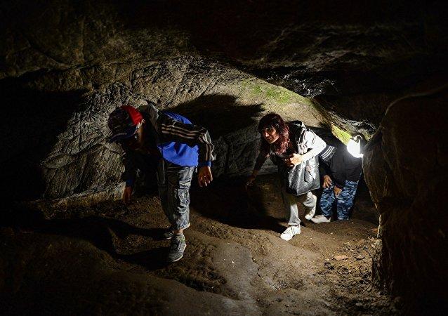 游客在参观洞穴
