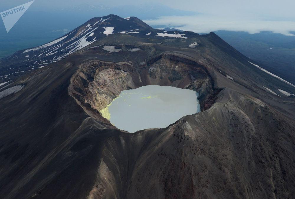 小谢米亚奇克火山的火山口湖
