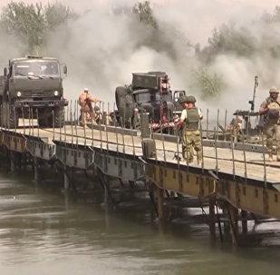 俄軍人在幼發拉底河上建橋
