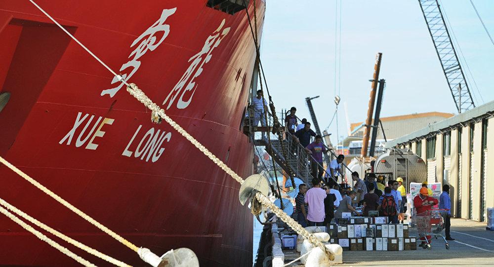 """中国首艘自主建造的""""雪龙2""""号极地科学考察破冰船今起首航南极"""