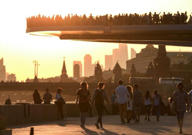 比邻克宫的莫斯科扎里亚季耶公园一个月内已接待百万名游客