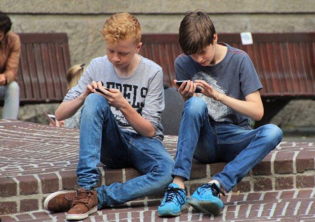 法国准备在中小学禁止使用手机