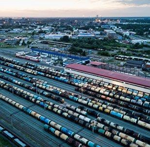 俄石油公司正与俄国家石油管道运输公司制定运输路线,以便向中国华信出口1000万吨石油