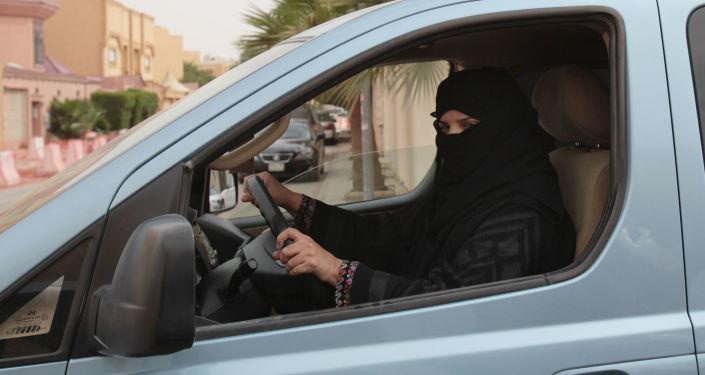 媒體:一名沙特阿拉伯女性在允許女性開車新令發佈後駕車時死亡