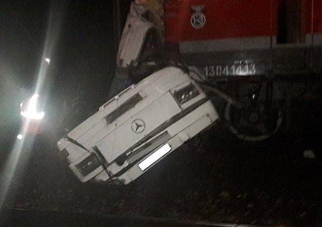 俄弗拉基米尔州政府:该州客车与火车相撞事故已导致18人死亡