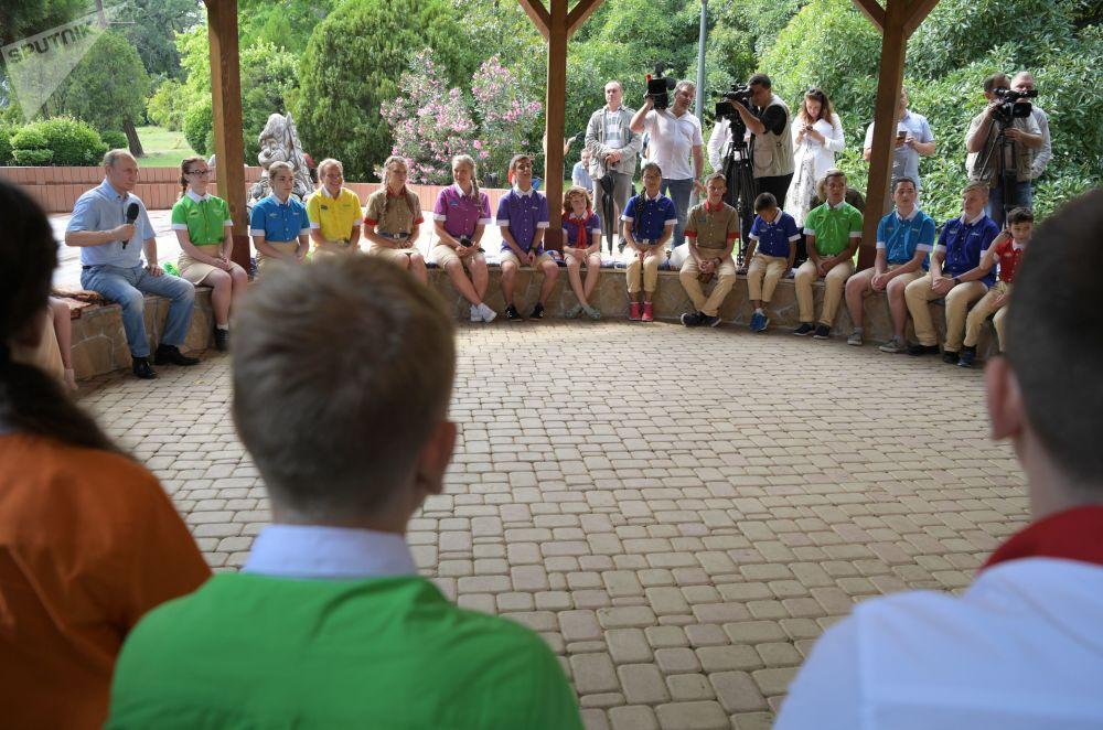 俄罗斯总统普京在克里米亚的阿尔捷克夏令营与孩子们交流。