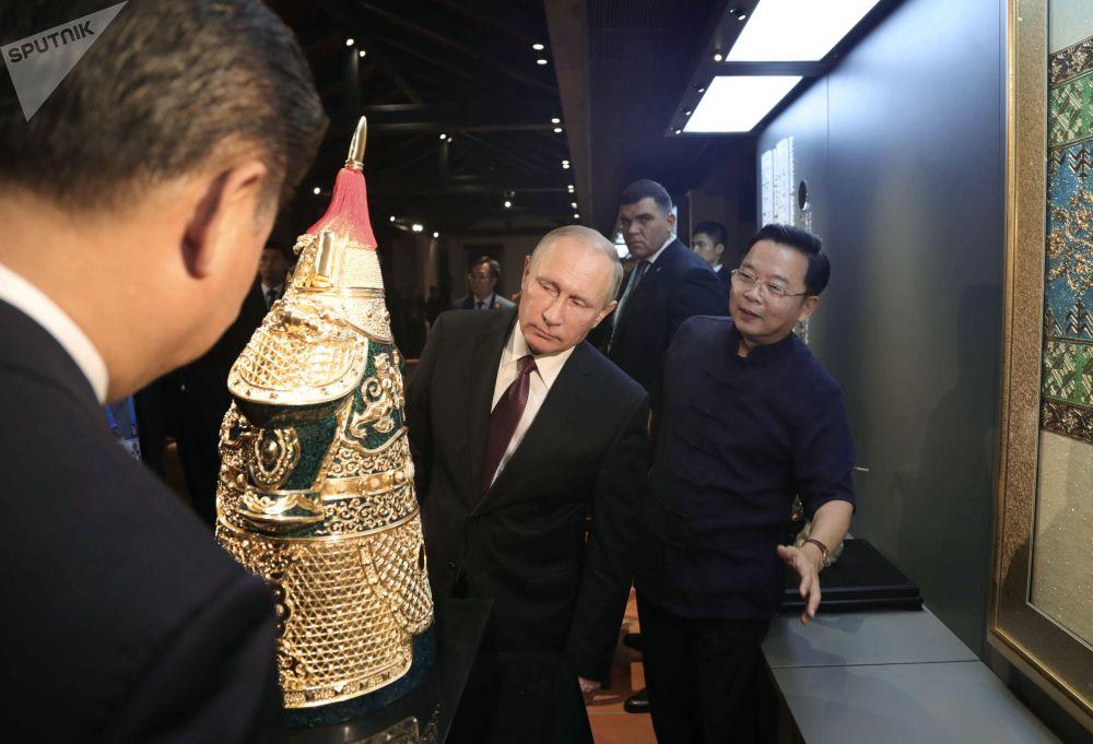 俄罗斯总统普京在厦门参观闽南非物质文化遗产展。