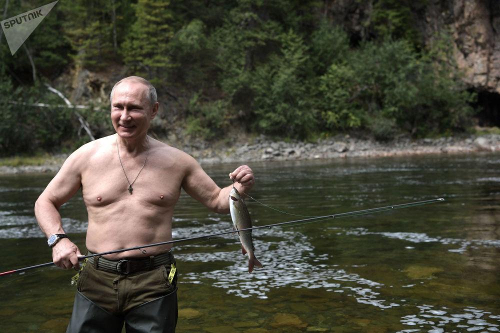 俄罗斯总统普京在图瓦共和国高山湖泊钓鱼。