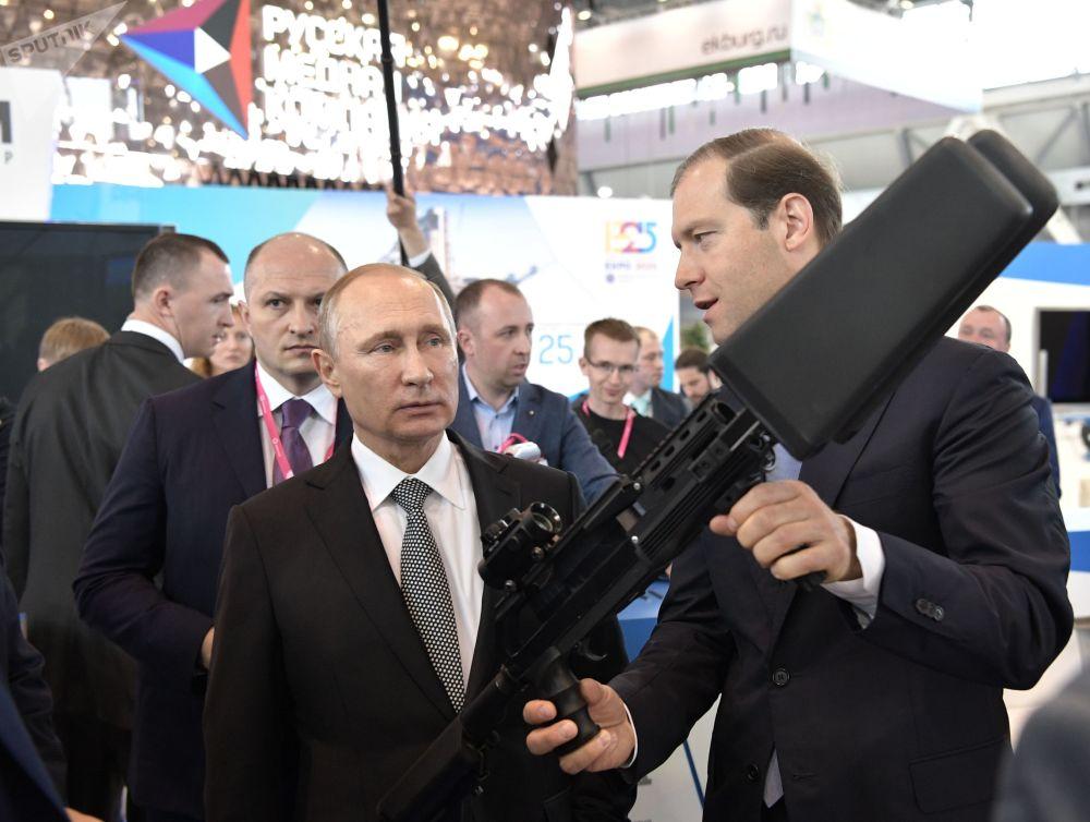"""俄罗斯总统普京参观第八届""""Innoprom-2017""""国际创新工业展俄联邦工贸部展位。"""