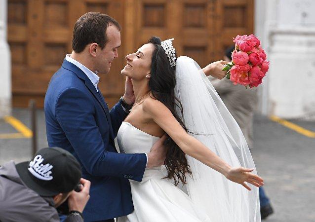 俄联邦统计局:俄罗斯女性平均结婚年龄增长8岁 男性不变