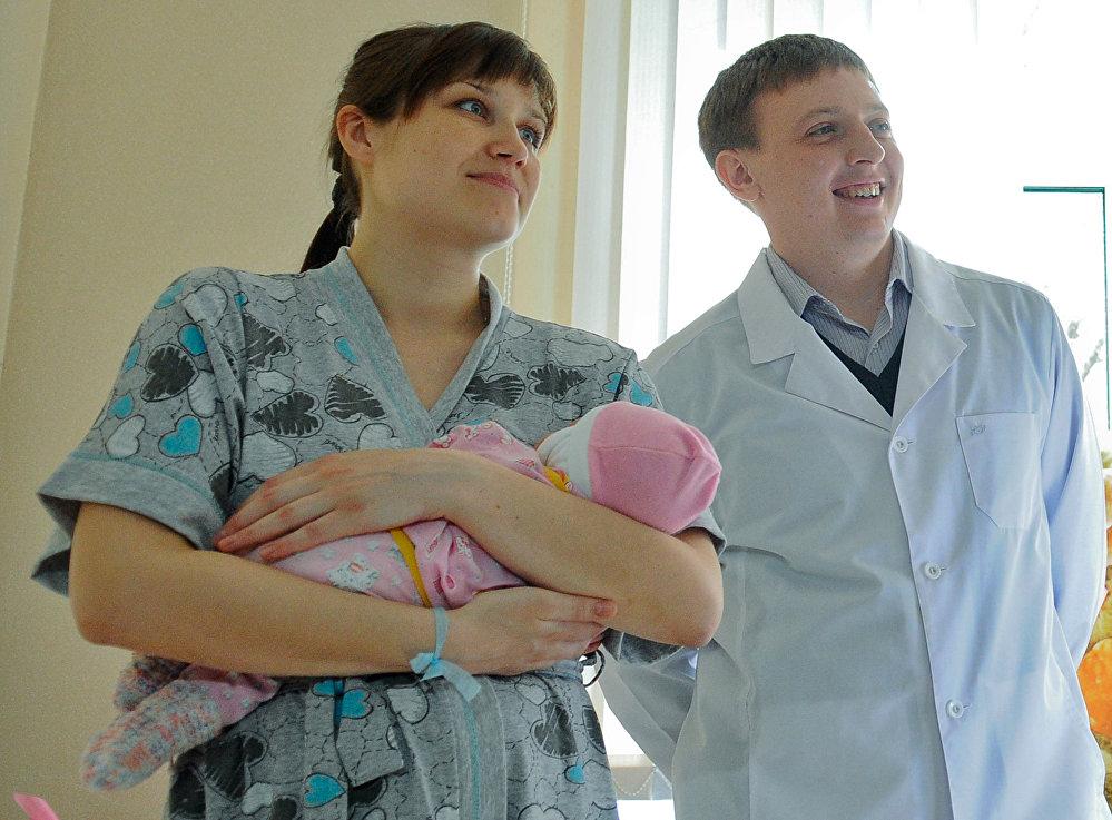 年轻的夫妇和他们的女儿