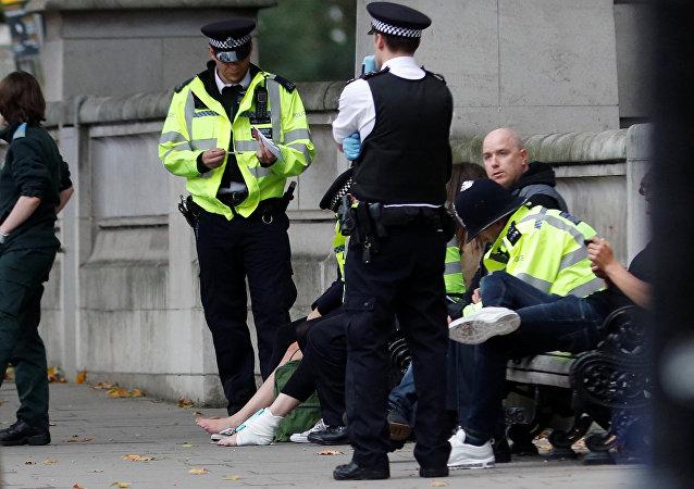 在伦敦一辆汽车冲上人行道造成数人受伤
