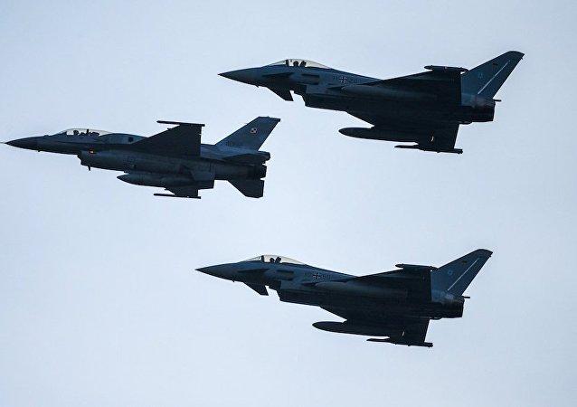 三架F-16战机
