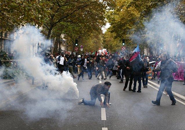 警方用催泪瓦斯驱散巴黎工会示威活动中的人群