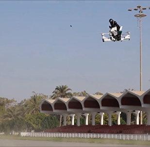 迪拜警方展示飞行摩托垂直起降