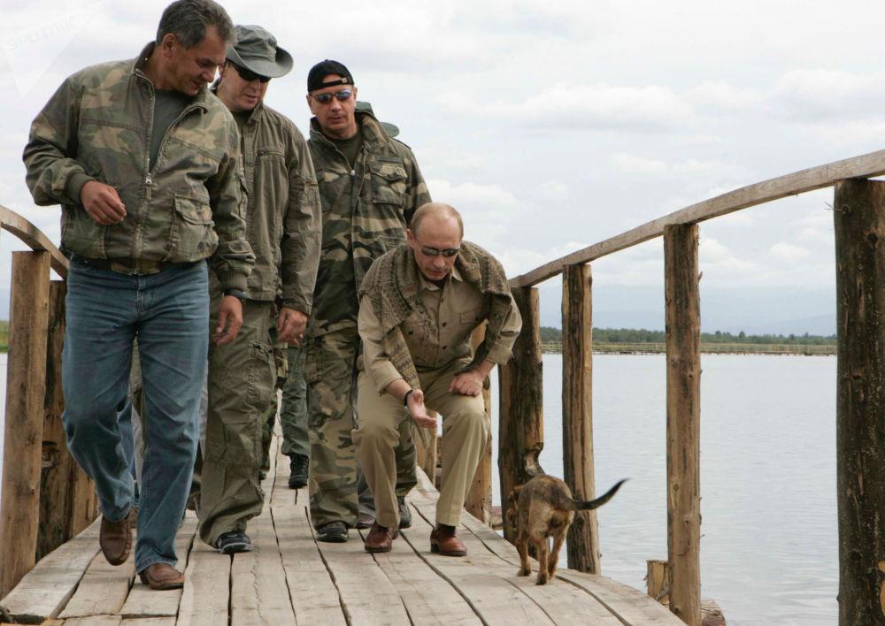 绍伊古,阿尔贝二世 (摩纳哥)与俄总统普京在博尔巴任的一个岛上
