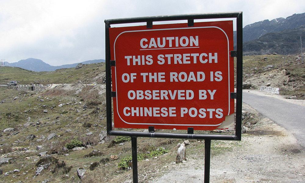 中印军人从6月起因洞朗问题而在印度、不丹和中国西藏自治区的边境交界处开始对峙,一直持续到8月底结束。8月,中印军人冲突进入争端高潮,当时双方互掷石块和棍子。