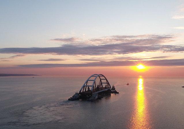 克里米亞大橋拱梁安裝實拍畫面