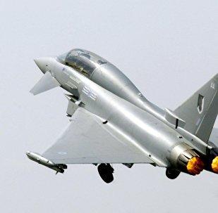 据媒体消息,西班牙一战斗机参加国庆阅兵时在洛斯亚诺斯空军基地坠毁