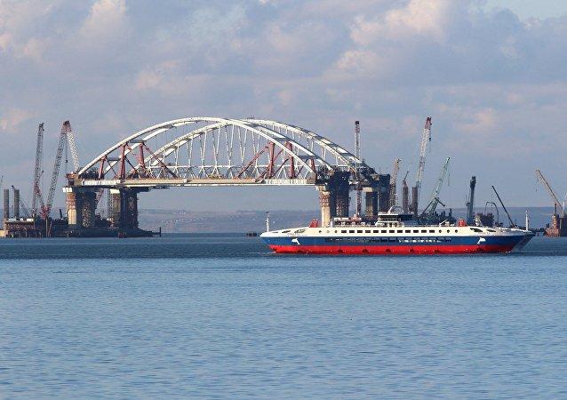 首艘船只驶过跨刻赤海峡大桥两座拱门