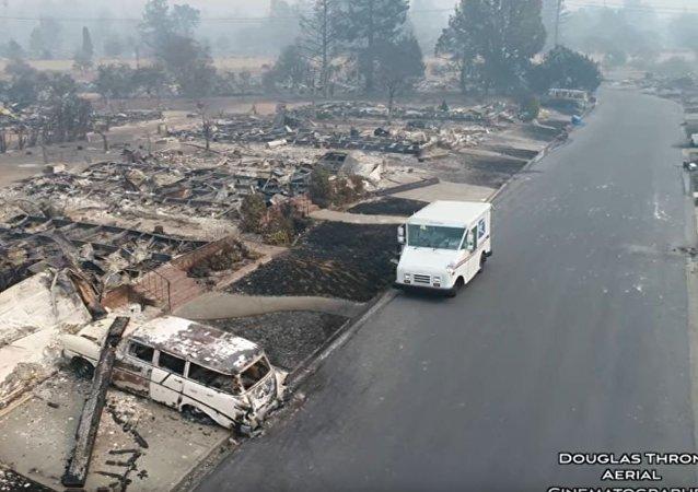 灾后视频:大火过后邮递员空城派信