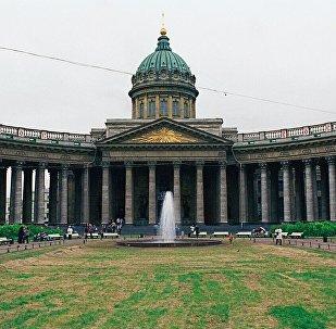 一中国游客的物品在圣彼得堡喀山大教堂险些被盗小偷被抓