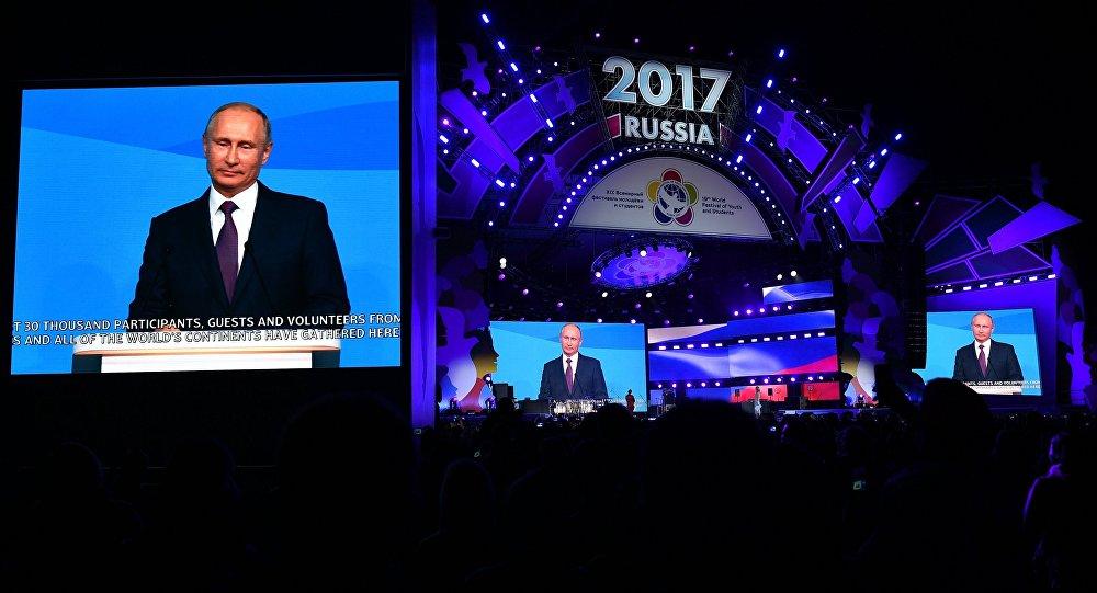 俄罗斯总统普京在与索契国际大学生联欢节