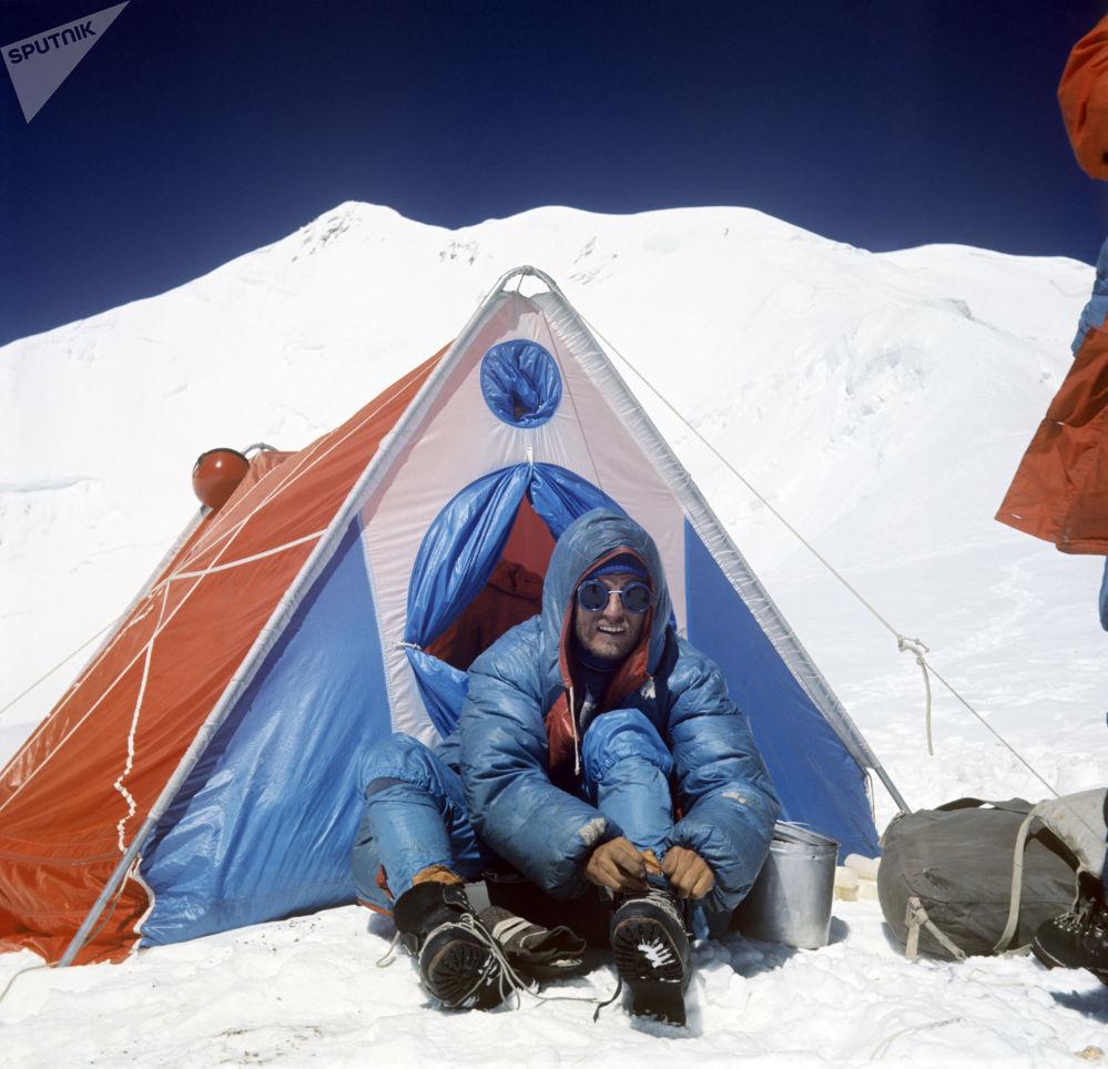 登山者奧列格·科斯馬切夫在登頂共產主義峰的途中,1972年