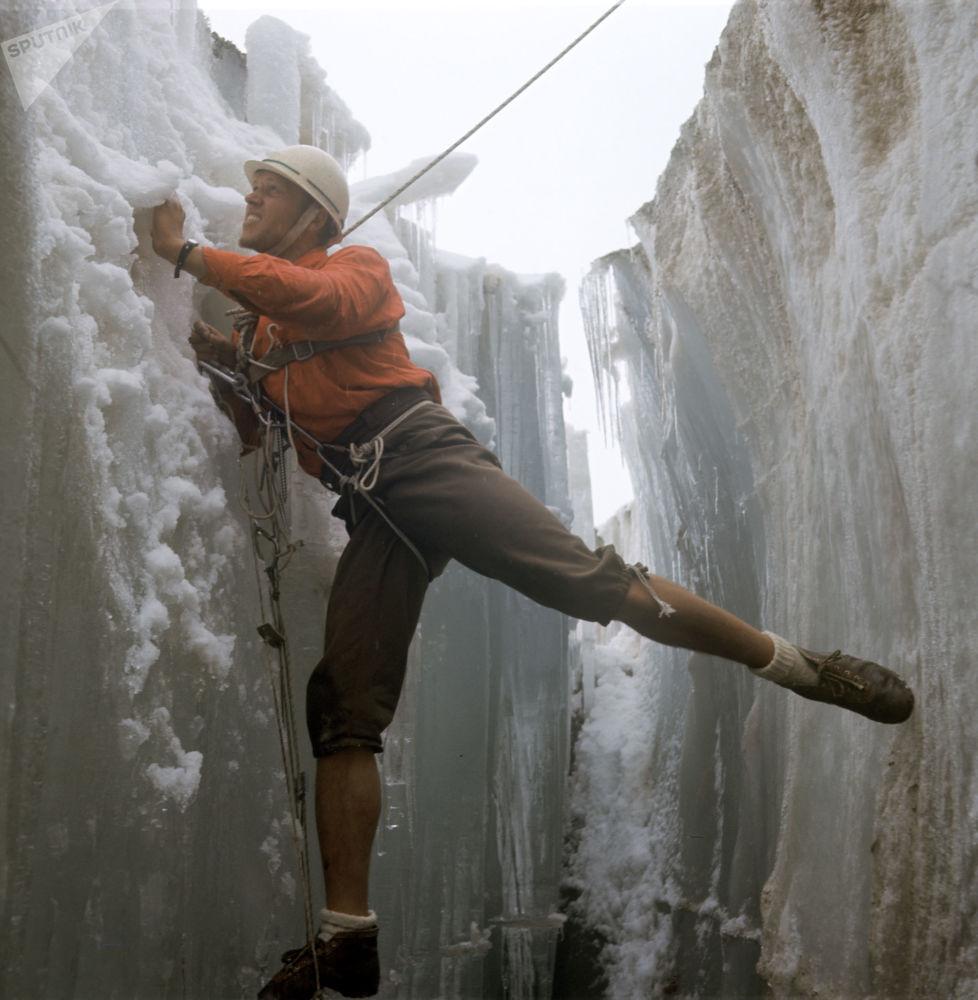 來自哈爾科夫的登山者亞歷山大·馬丁諾夫在天山,1970年
