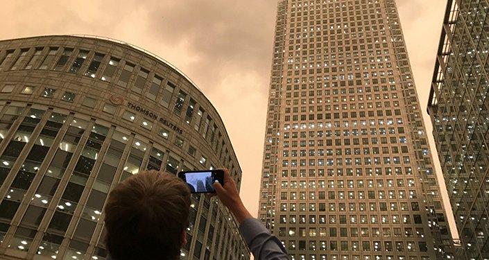 伦敦天空被飓风染成暗黄色吓坏市民
