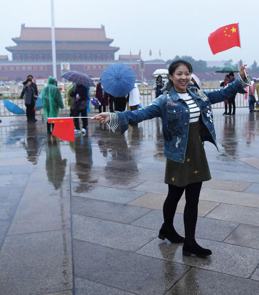 手持中國國旗的女孩