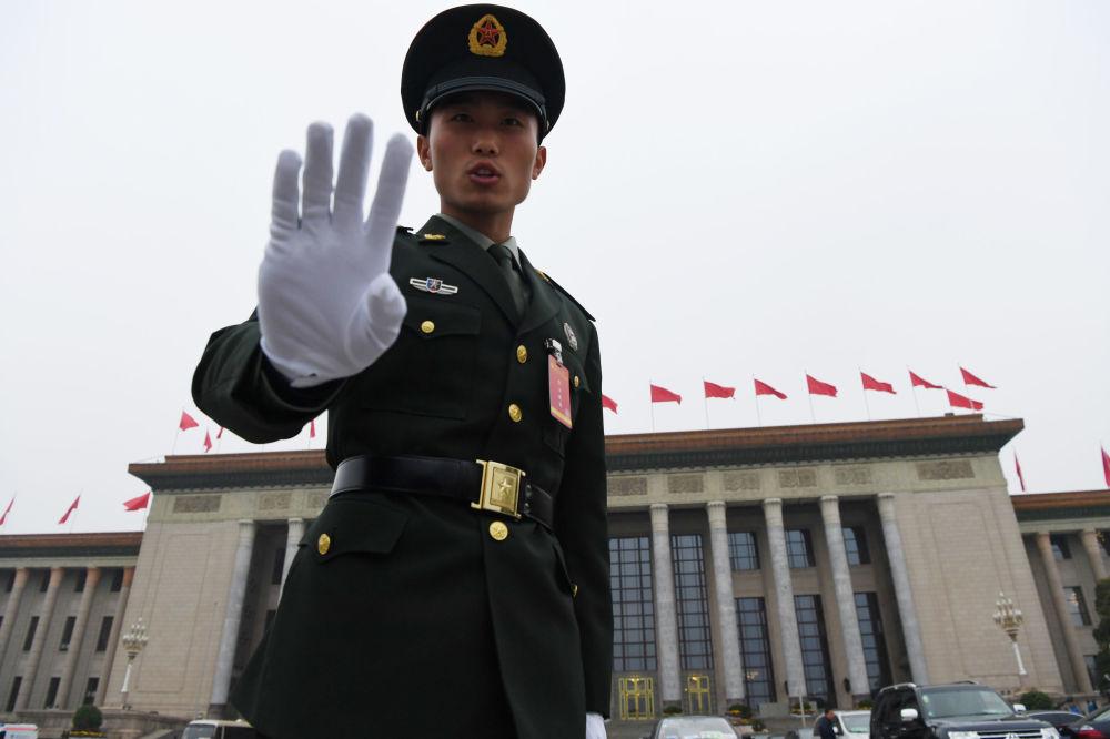 人民大會堂旁的武警戰士