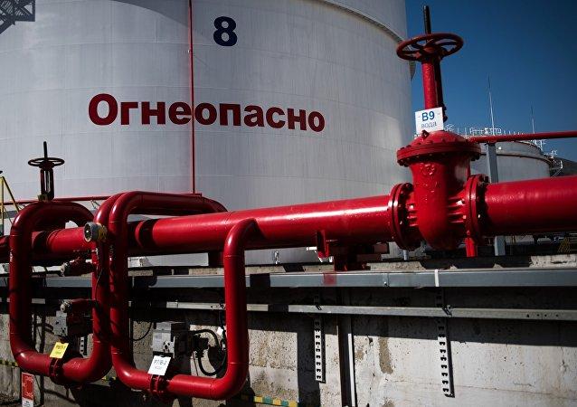 Нефтяные резервуары на территории Новороссийского морского торгового порта