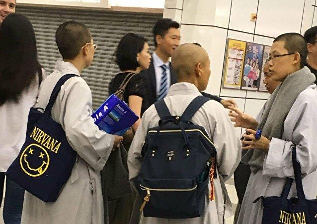 僧侶拿著包的不尋常照片躥紅社交網