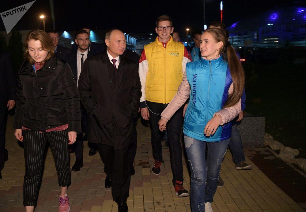 俄羅斯總統弗拉基米爾•普京與索契世界青年大學生聯歡節的參與者們會面