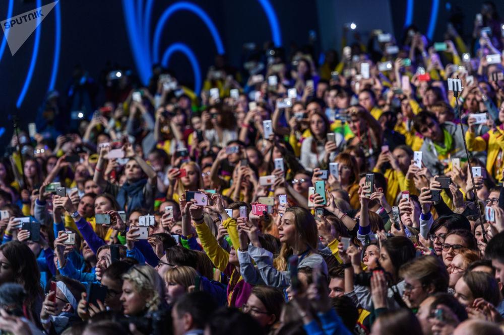 在索契舉行的第19屆世界青年大學生聯歡節上,參加主題為《文化:自由vs責任》的分組討論的觀眾