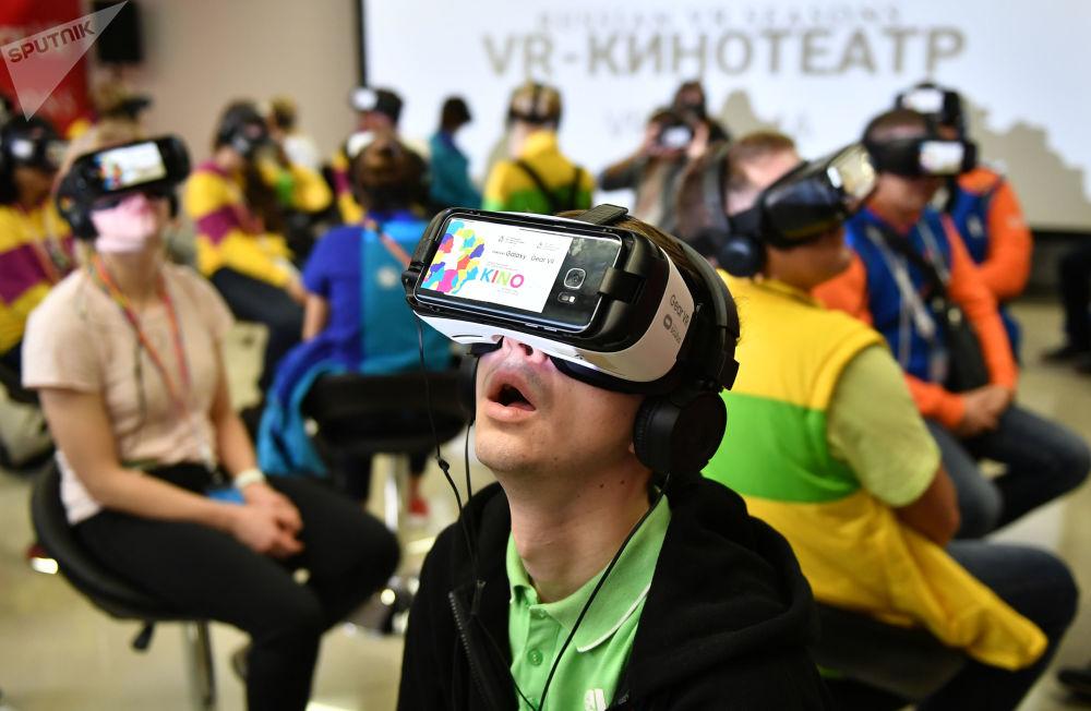 與會者在電影論壇上戴著虛擬現實眼鏡觀看電影