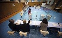 出口調查: 日本執政黨聯盟在國會下院選舉中領先
