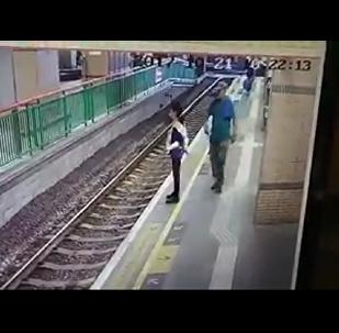 香港乘客將一女清潔工推入地鐵軌道