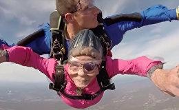 高龄不妨碍运动!94岁老太太跳伞庆生