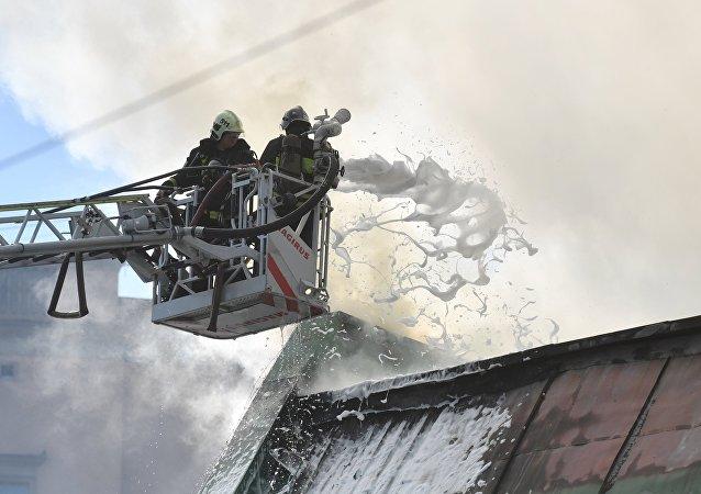 俄紧急情况部:莫斯科州梅季希市发生7500平米的纸板仓库火灾