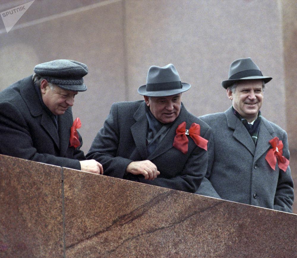 蘇聯共產黨中央委員會總書記米哈伊爾•戈爾巴喬夫在列寧墓看台上