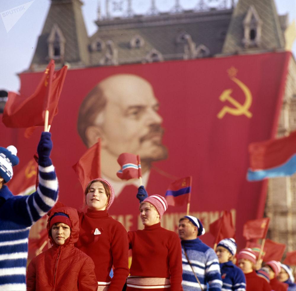 在慶祝偉大十月社會主義革命50週年之際,在紅場上舉行的文體遊行