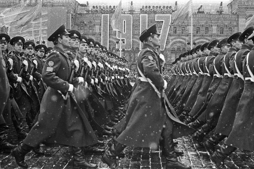 在慶祝偉大十月社會主義革命54週年之際,在紅場上舉行的閱兵式
