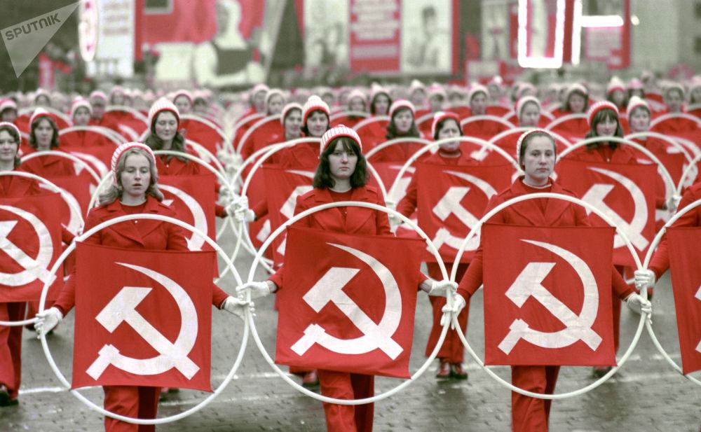 1975年,在慶祝偉大十月社會主義革命58週年之際,在紅場上的女運動員。
