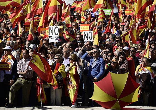 数千名西班牙统一的支持者在马德里市中心游行