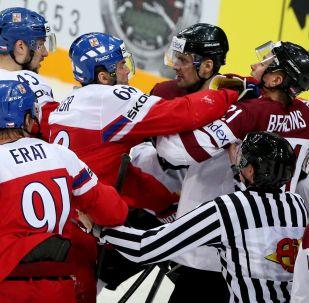 中俄冰球队在青少年冰球联赛中发生群殴