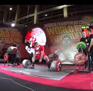 俄罗斯运动员举起440公斤杠铃 创世界纪录(视频)