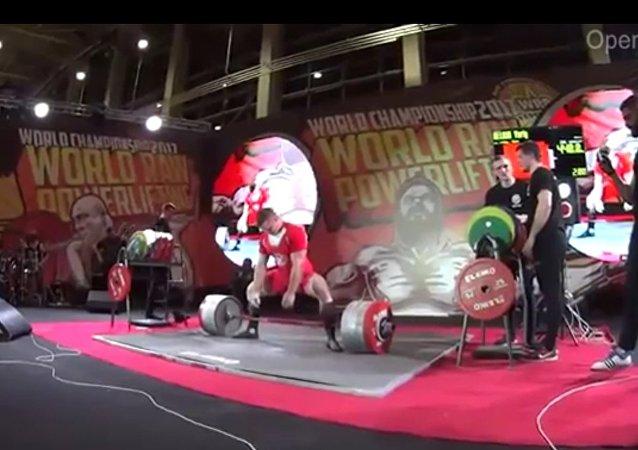 俄羅斯運動員舉起440公斤槓鈴 創世界紀錄(視頻)