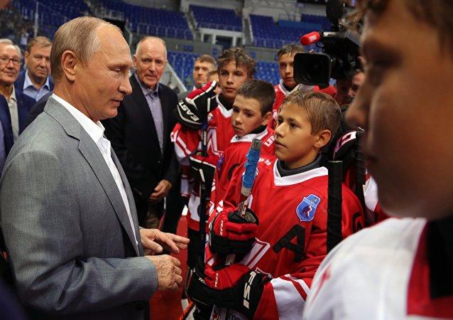 普京与14岁的小球员们